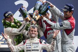 Подіум LMP1 : загальні переможці #2 Porsche Team Porsche 919 Hybrid: Ромен Дюма приймає душ шампансь