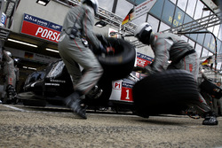 Pitstop practice: #1 Porsche Team Porsche 919 Hybrid: Timo Bernhard, Mark Webber, Brendon Hartley