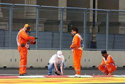 Oficiales trabajan en los bordillos después clasificación de GP2 se pospone
