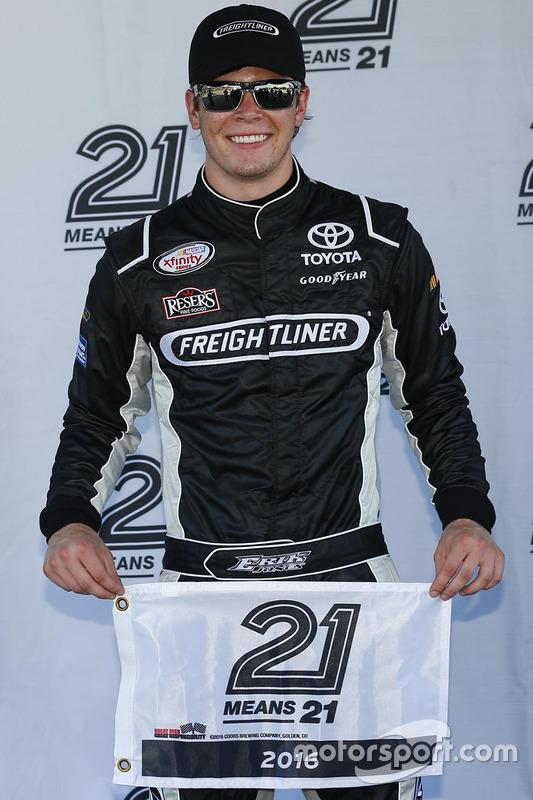 Ganador de la pole Erik Jones, Joe Gibbs Racing Toyota