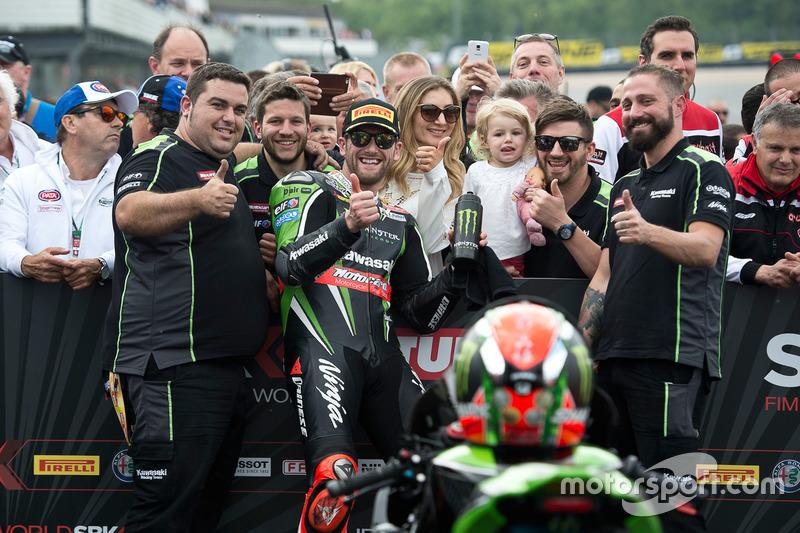Tom Sykes, Kawasaki Racing Team, festeggia la vittoria di Gara 1
