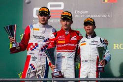 Podio: ganador Charles Leclerc, ART Grand Prix, segundo lugar Jake Dennis, Arden International, terc