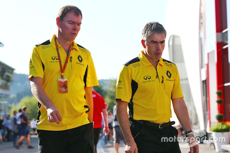 (Da sx a dx): Alan Permane, Direttore delle operazioni in pista Renault Sport F1 Team con Nick Chester, Direttore Tecnico telaio Renault Sport F1 Team