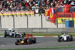 Daniel Ricciardo, Red Bull Racing RB12 et Felipe Massa, Williams FW38