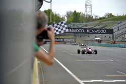 Ralf Aron, Prema Powerteam Dallara F312 – Mercedes-Benz, se lleva la bandera a cuadros