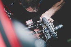 Mechaniker von Dragon Racing bei der Arbeit