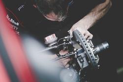 Mecánico de carreras de Dragon en el trabajo