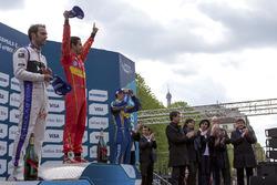 Podio: il vincitore Lucas di Grassi, ABT Schaeffler Audi Sport, secondo Jean-Eric Vergne, DS Virgin