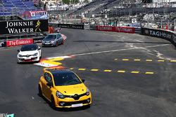 De Renault Clio R.S. 16 is onthuld door Kevin Magnussen, Renault Sport F1 Team achter het stuur