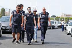 John Booth, Scuderia Toro Rosso Director de carreras y Carlos Sainz Jr., Scuderia Toro Rosso a pie e