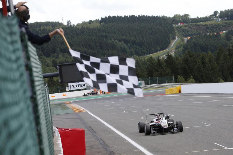 Ganador de la carrera George Russell, HitechGP, Dallara F312 - Mercedes-Benz