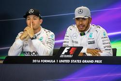 Nico Rosberg, Mercedes AMG F1 met ploegmaat Lewis Hamilton, Mercedes AMG F1 in de persconferentie