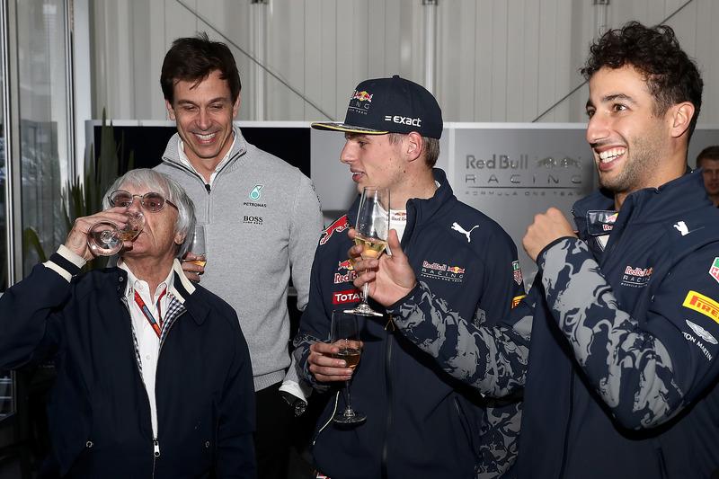 Christian Horner, Red Bull Racing Takım Patronu, Toto Wolff, Mercedes GP Direktörü, Dr Helmut Marko, Red Bull Racing Team Danışmanı, Daniel Ricciardo, Red Bull Racing, Max Verstappen, Red Bull Racing ve Niki Lauda, Mercedes Fahri Direktörü, Bernie Ecclestone'a doğum günü pastası veriyor