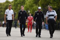 Jenson Button, McLaren, Stoffel Vandoorne, pilote d'essais et de réserve McLaren et Fernando Alonso, McLaren
