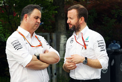 Ron Meadows, Teammanager, mit Bradley Lord, Mercedes AMG F1, Pressesprecher