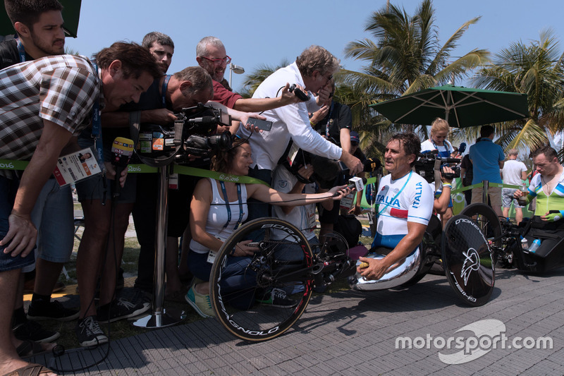 Alex Zanardi con los medios