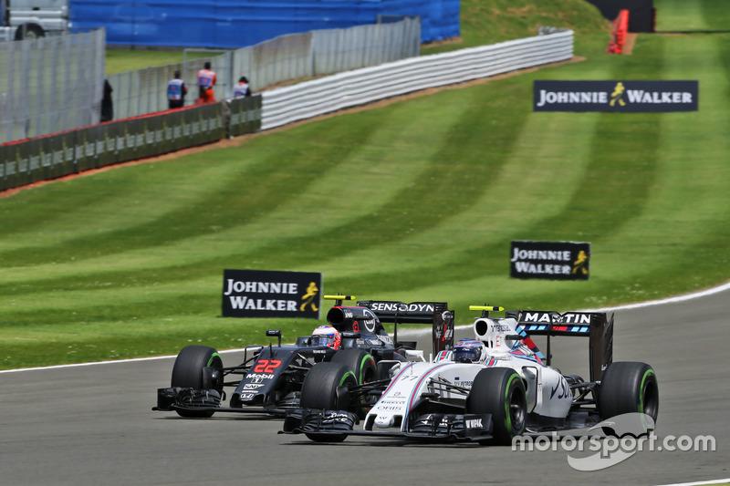 Valtteri Bottas, Williams FW38 e Jenson Button McLaren MP4-31 lottano per la posizione