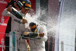 Podio: ganador de la carrera Lewis Hamilton, Mercedes AMG F1 W07 y segundo lugar de Nico Rosberg, Me