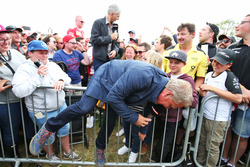 Johnny Herbert, présentateur Sky Sports F1 et Damon Hill, présentateur Sky Sports avec des fans dans la fanzone Sahara Force India F1 Team au Woodlands Campsite