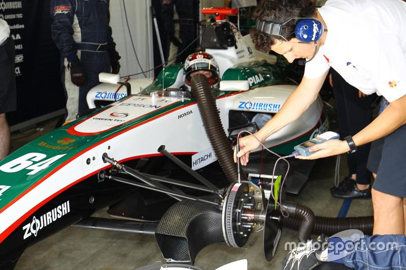 ブレーキの温度をチェックするNAKAJIMA RACINGのメカニック