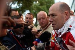 Jock Clear, directeur de l'ingénierie Ferrari avec les médias