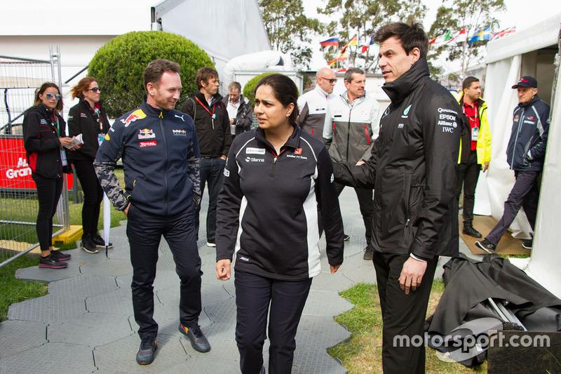 Monisha Kaltenborn, directora del equipo Sauber, Christian Horner, jefe de equipo de carreras de Red Bull y Toto Wolff, Mercedes AMG F1 accionista y Director Ejecutivo