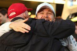 Race winner Nico Rosberg, Mercedes AMG F1 celebrates with Niki Lauda, Mercedes Non-Executive Chairman
