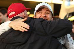 Le vainqueur Nico Rosberg, Mercedes AMG F1 fête sa victoire avec Niki Lauda, Président Non-Exécutif de Mercedes