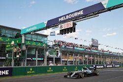 Победитель - Нико Росберг, Mercedes AMG F1 W07 пересекает финишную черту