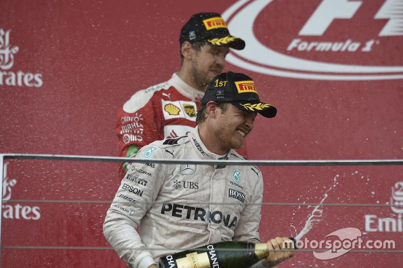 Yarış galibi Nico Rosberg Mercedes AMG F1 podyumda
