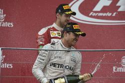 Le vainqueur Nico Rosberg Mercedes AMG F1 fête sa victoire sur le podium