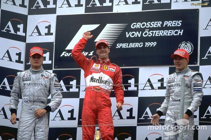 Pódio com Coulthard e Hakkinen em 1999, quando Irvine foi vice-campeão da F1