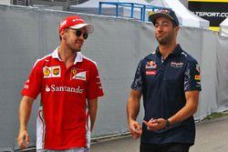 Sebastian Vettel, Ferrari con Daniel Ricciardo, Red Bull Racing