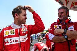 Sebastian Vettel, Ferrari with Maurizio Arrivabene, Ferrari director del equipo en la parrilla