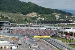 Nico Rosberg, Mercedes AMG F1 Team W07 mène derrière la voiture de sécurité