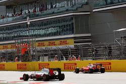 Esteban Gutierrez, Haas F1 Team VF-16 en de gestopte Sebastian Vettel, Ferrari SF16-H