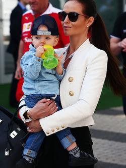 Minttu Virtanen, Frau von Kimi Räikkönen, Ferrari, mit Sohn Robin