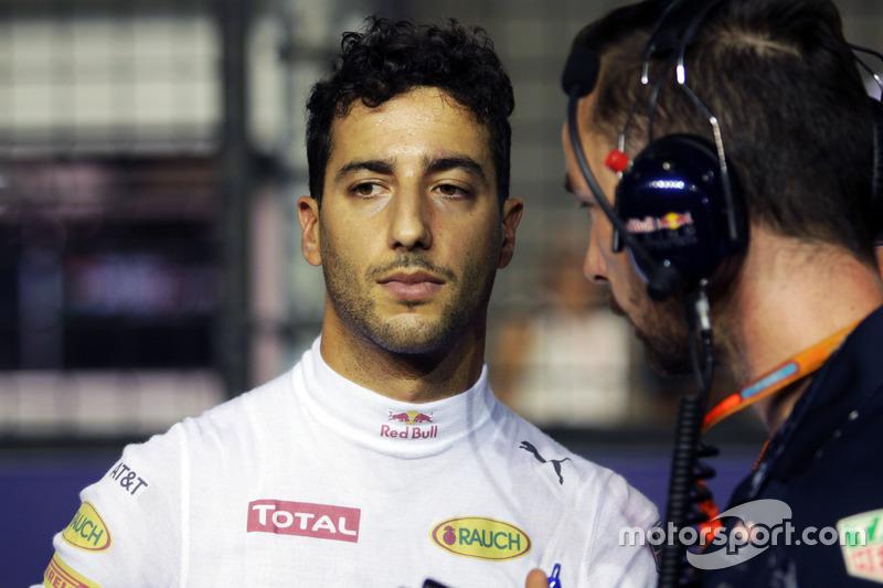 Daniel Ricciardo, Red Bull Racing with Simon Rennie, Red Bull Racing Race Engineer on the grid