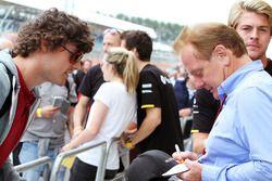 Jonathan Palmer, firma de autógrafos para los fans