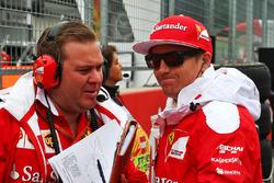 Kimi Raikkonen, Ferrari con Dave Greenwood, ingegnere di pista Ferrari in griglia