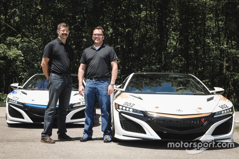 Nick und James Robinson mit den Fahrzeugen