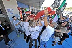 Leonardo Pulcini, Campos Racing celebrate with the team
