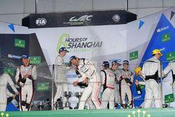 Podium: ganadores, #1 Porsche Team Porsche 919 Hybrid: Timo Bernhard, Mark Webber, Brendon Hartley,