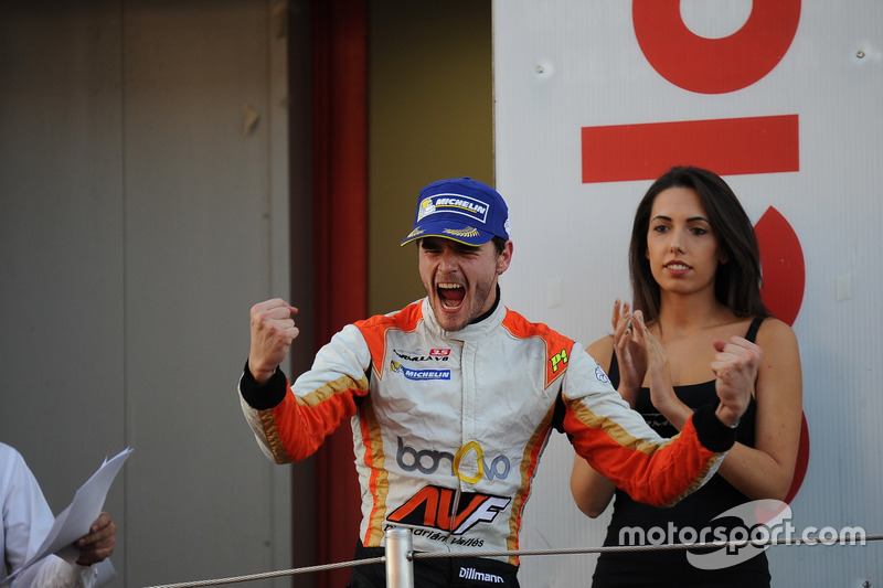 Dillmann celebra su victoria en la última carrera del año