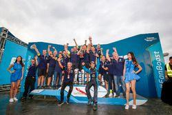Podium: Le vainqueur Sébastien Buemi, Renault e.Dams, avec son équipe
