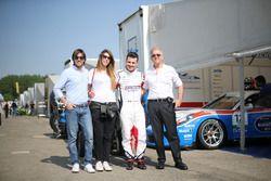 Simone Iaquinta, Ombra Racing, nel paddock con degli ospiti