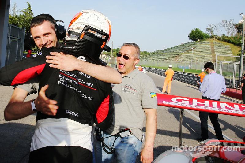 Il vincitore Tommaso Mosca, Tsunami RT, festeggia con il team