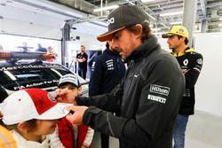 Fernando Alonso, McLaren, imza dağıtıyor