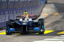Emerson Fittipaldi, Campione del Mondo di F1 e vincitore della Indy 500, alla guida di una monoposto di Formula E car