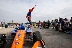 Scott Dixon, Chip Ganassi Racing Honda, Winnaar, viert de overwinning